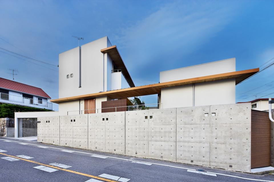 コンクリートの型枠・セパ模様の擁壁と建物とが一体感