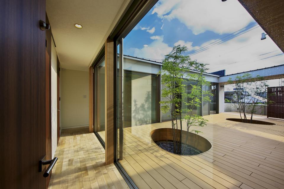 中庭を楽しむ廊下を回遊しながら各居室に出入りできる
