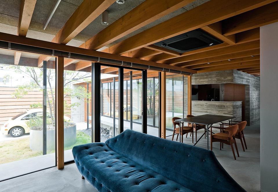 室内の壁はコンクリートに模様をつけ、床はモルタル仕上げ